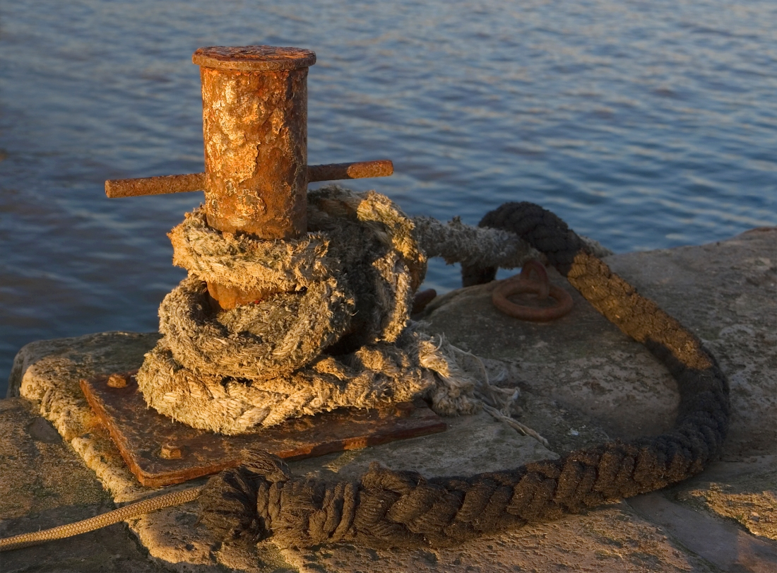 mooring_bollard_at_sunset_lyme_regis